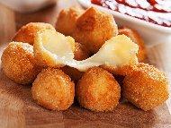 Панирано прясно сирене Моцарела в брашно, яйца и галета